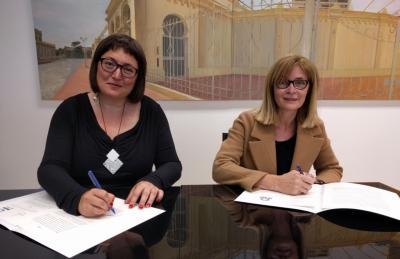 Sonia Tirado y María José Bernabeu en el momento de la firma