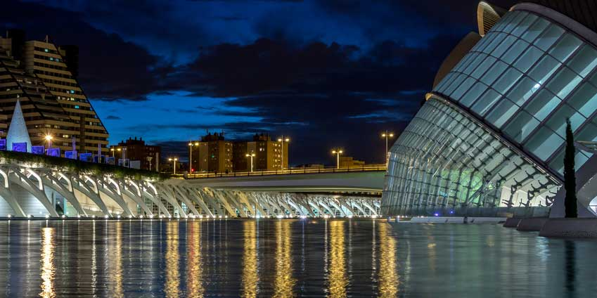 What can you do in the nightime in Valencia while studying Spanish?